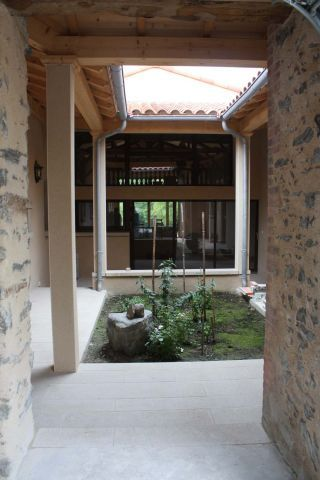 le patio central créé invite a la méditation
